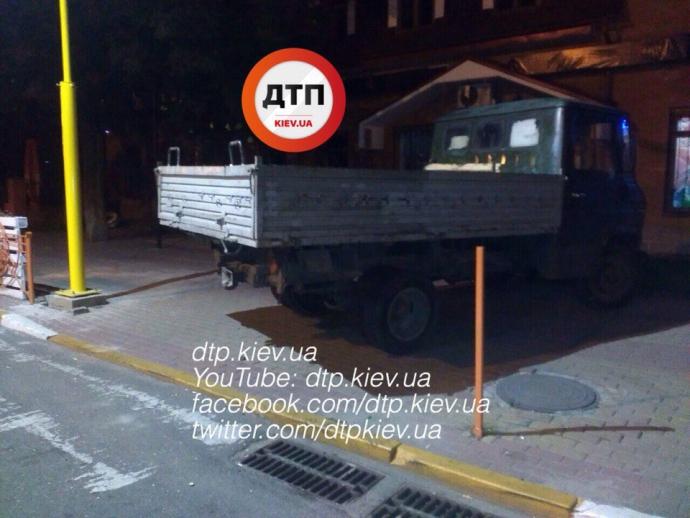 Під Києвом п'яна компанія на вантажівці влаштувала дебош: опубліковані фото (1)