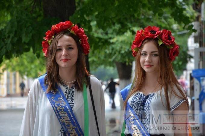 Українські випускниці в Криму: в мережі з'явилися фото сміливих дівчат (1)