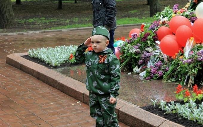 Стало известно, как детей на Донбассе вербуют в боевики