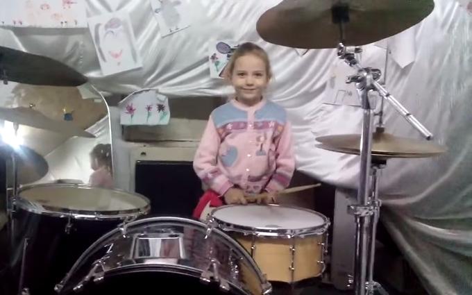 Маленькая украинка покорила сеть игрой на барабанах: опубликовано видео