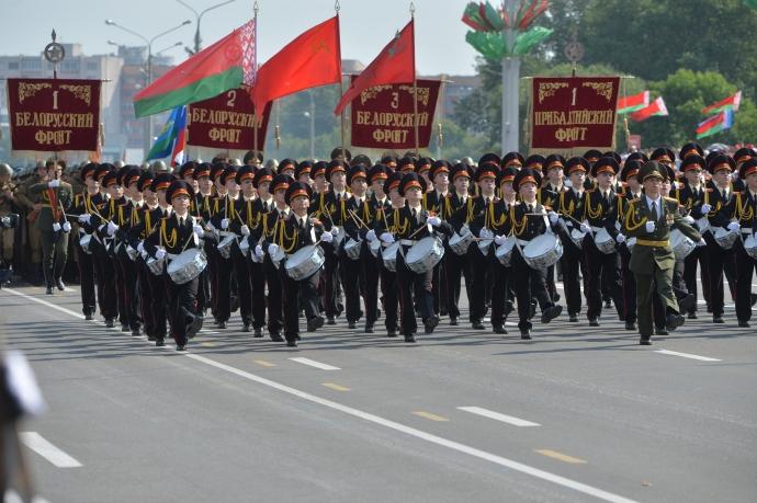 На вулиці Мінська вийшли російські військові: з'явилися фото (1)