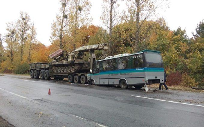 Під Вінницею зіткнулися автобус і військовий тягач, багато постраждалих: з'явилися фото і відео