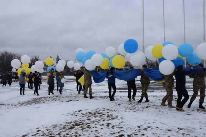 В День Соборности в оккупированный Луганск отправили украинский флаг: опубликованы яркие фото и видео (1)