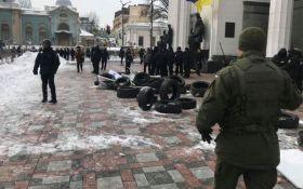 Под Радой в Киеве прошли столкновения, пострадало много копов: появилось видео