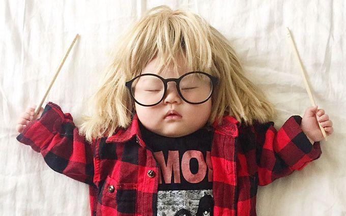 Мама делает из спящей дочки звезду косплеев: забавные фото