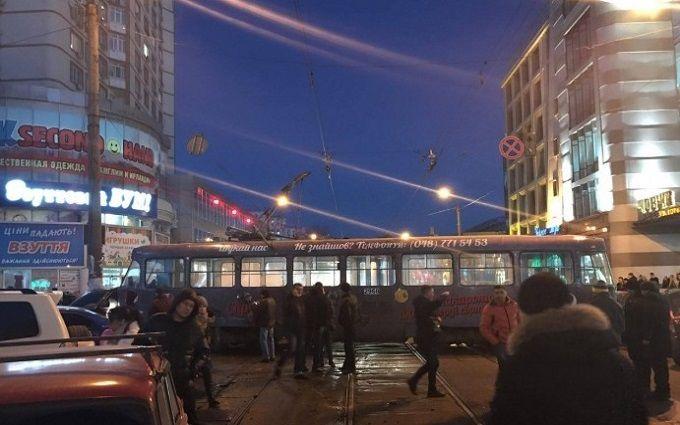 НаПантелеймоновской трамвай сошел срельсов ипротаранил 5 авто
