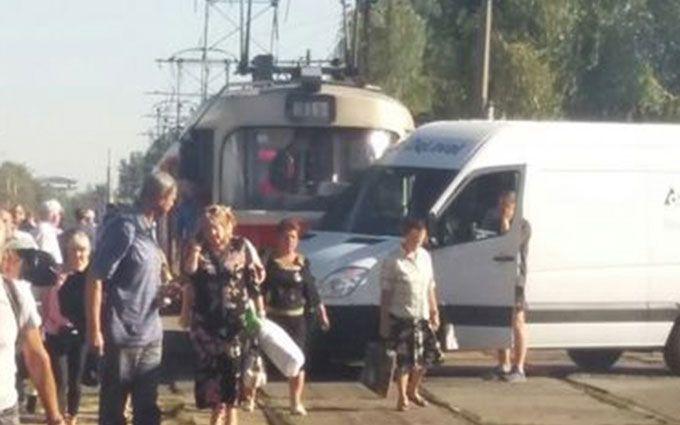 У Києві трамвай в'їхав у мікроавтобус: з'явилися фото