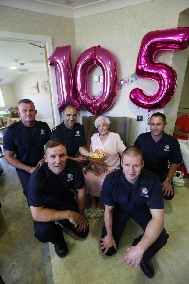 Бабуся замовила на 105-річний ювілей пожежника з татуюваннями: опубліковані фото і відео (2)