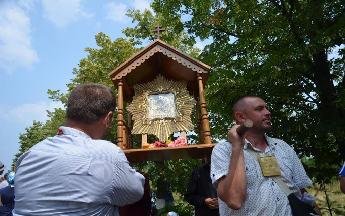 Хресна хода заблокована в селі під Києвом: з'явилися фото