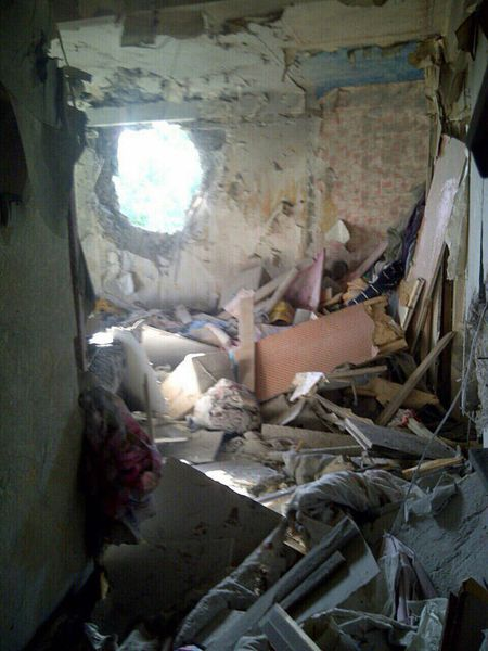 Бойовики ДНР обстріляли житлові будинки під Донецьком: з'явилися фото (1)