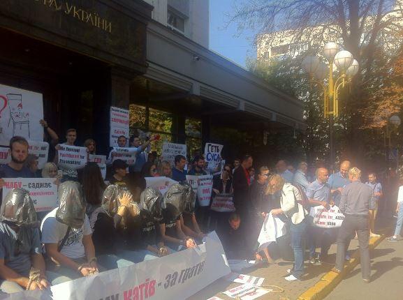 Під ГПУ з пакетами на головах протестують активісти: опубліковані фото (1)