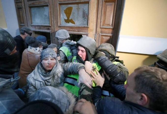 Нацгвардия назвала число пострадавших во время штурма Октябрьского дворца: опубликованы фото (2)