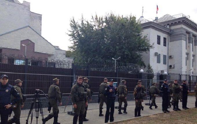 Біля посольства Росії в Києві спалахнули сутички: з'явилися відео