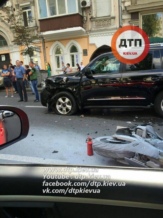 У центрі Києва сталася драматична ДТП з мотоциклістом: з'явилися фото (1)
