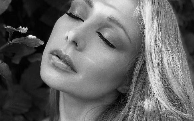 Спекотна красуня: Тіна Кароль заворожила новими відвертими фото