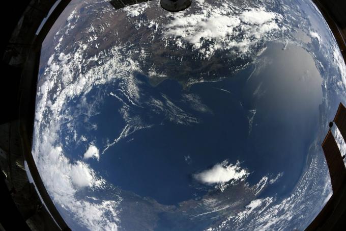 Как выглядит Черное море из космоса: астронавт показал новое впечатляющее фото (1)