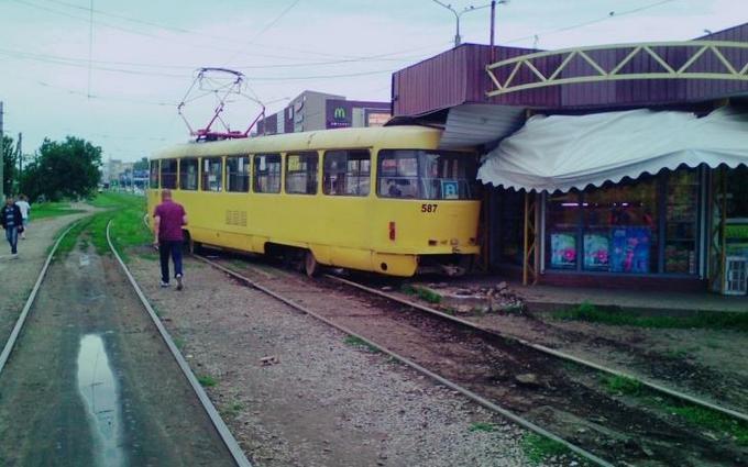 У Харкові трамвай протаранив кіоск: опубліковані фото