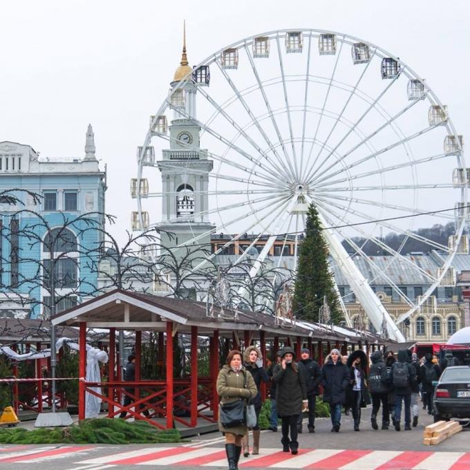 В Киеве уже установлена главная елка страны 2019: новые зрелищные фото (5)