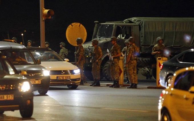 Провал перевороту в Туреччині: з'явилося відео з побитими лідерами путчу