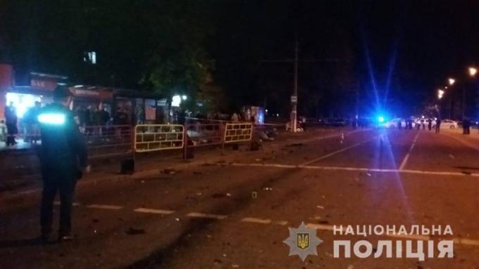 В Одессе BMW влетел в остановку, погибли люди: появились жуткие фото и видео с места аварии (6)