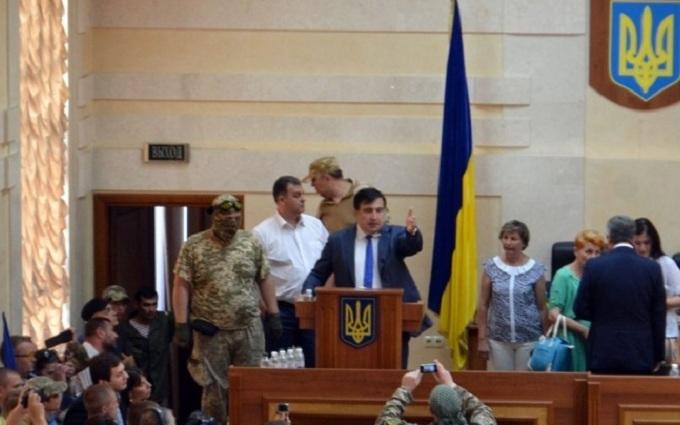 Люди в камуфляжі зірвали сесію облради в Одесі: з'явилися фото