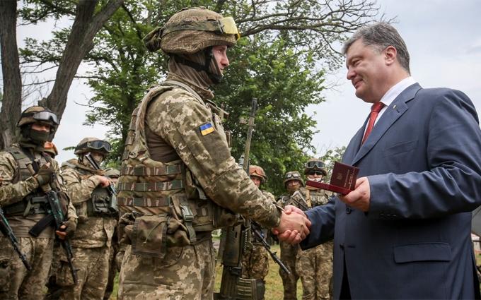 Перевіряю солдатський побут: Порошенко похвалився фото з бійцями