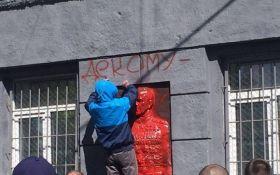 В Одессе активисты облили краской мемориальную доску Жукову: опубликованы фото