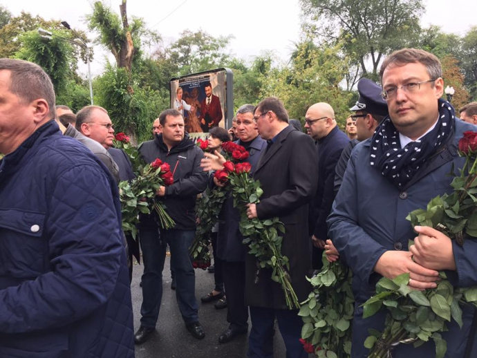 Попрощатися із загиблими поліцейськими прийшли Аваков і Луценко: з'явилися фото (1)