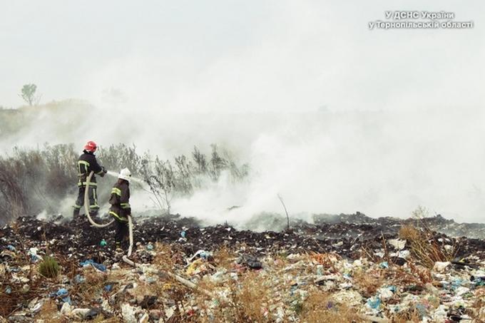 У Тернопільській області горить величезне звалище: опубліковані фото (1)