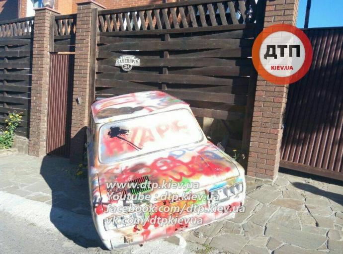 У Києві п'яний на диво-Запорожці збив дитину: опубліковані фото (1)
