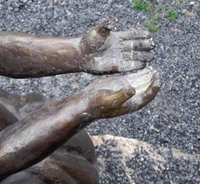 У Дніпрі вандали понівечили зворушливий пам'ятник бійцю АТО: з'явилося фото (1)