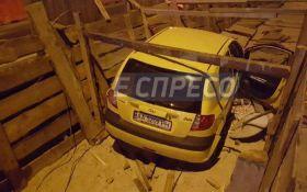 У Києві автівка з п'яною жінкою за кермом влетіла у котлован: з'явились фото