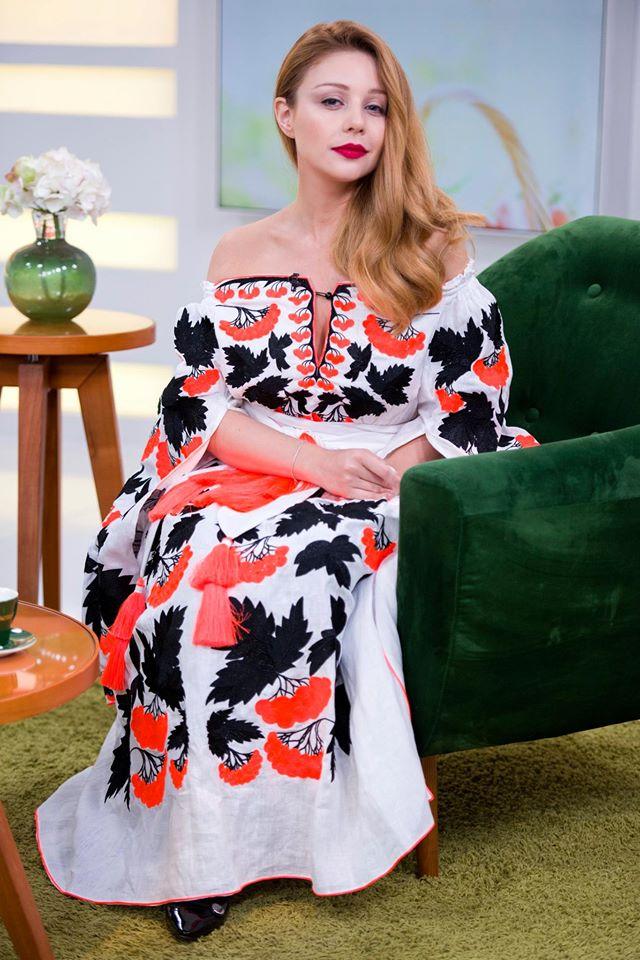 Тіна Кароль продемонструвала шикарну сукню-вишиванку: опубліковані фото (2)