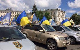 Величезна автоколона націоналістів вирушила до будинку Порошенко