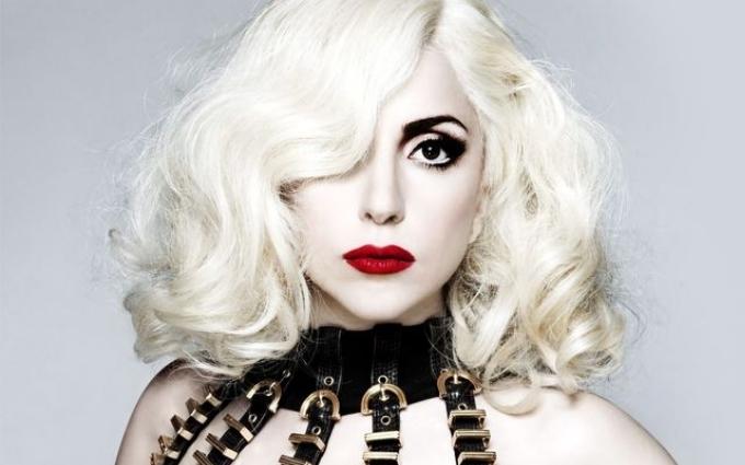 Леді Гага вразила папараці відсутністю бюстгальтера і чокером: опубліковані фото