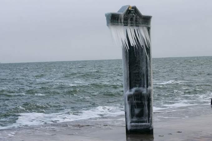 Пляжи Одессы после шторма украсили удивительные сосульки: появились фото и видео (2)