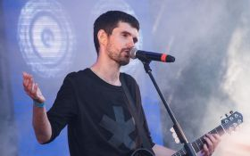 Известный российский исполнитель во время концерта разбил голову фанату