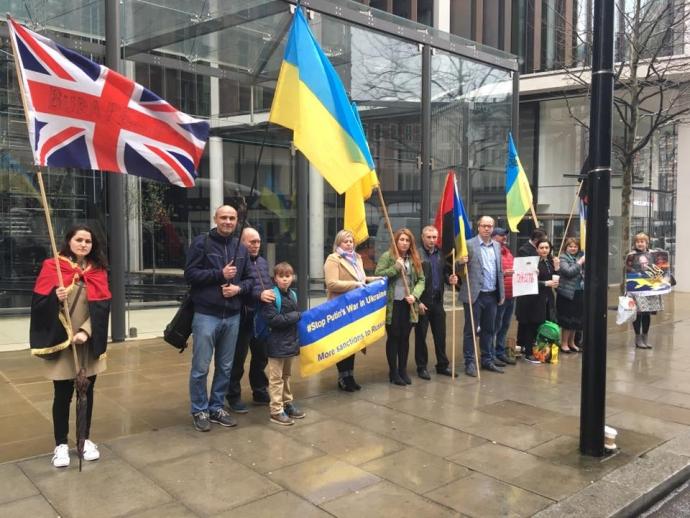 В Лондоне устроили пикет у дома Ахметова: появились фото и видео (1)
