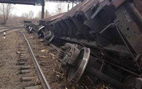 У Львові сталося зіткнення поїздів, зійшли з рейок 8 вагонів