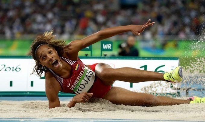 Девушка сзелеными волосами выиграла чемпионат мира втройном прыжке