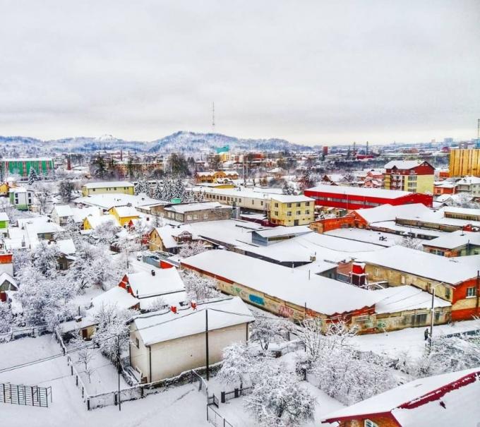 Львов засыпало снегом: в сети публикуют зрелищные фото (1)