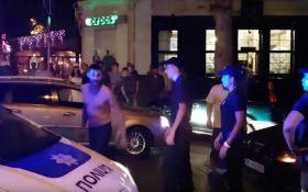 В Николаеве пьяные молодчики на Mercedes устроили дебош с дракой: появились фото и видео