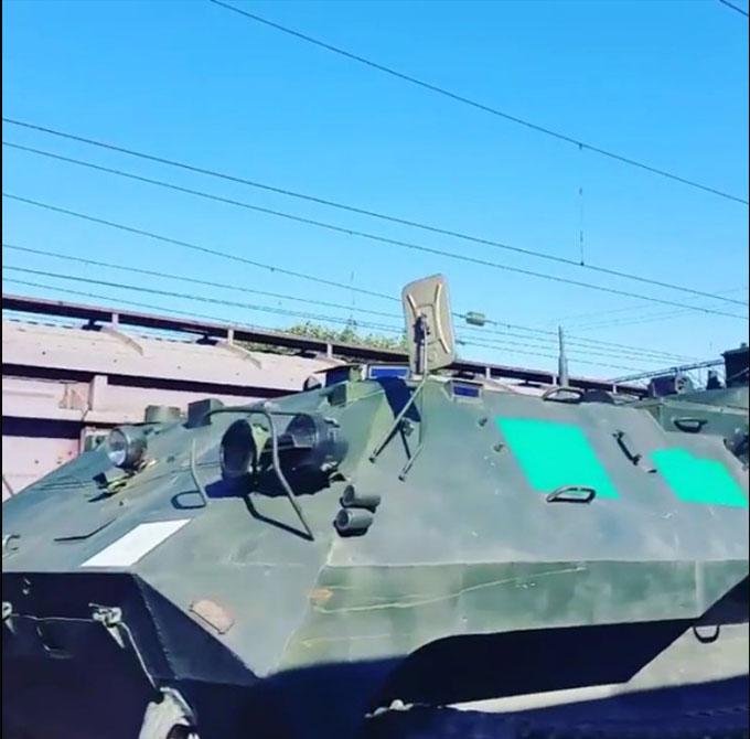 Путінські війська возять по Росії техніку з зафарбованими номерами: опубліковані фото і відео (2)