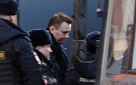 Масові протести в Москві: з'явилося відео жорсткого затримання Навального