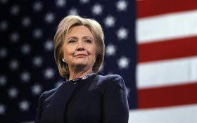 Хиллари Клинтон появилась в Йельском университете с шапкой-ушанкой: опубликовано видео