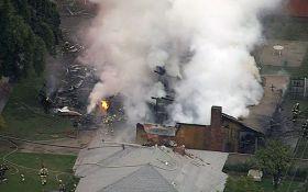 В США самолет рухнул на жилые дома: появилось видео с места событий
