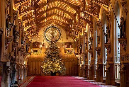 Рождество по-королевски: в Виндзорском замке установили праздничную ёлку для Елизаветы II (2)