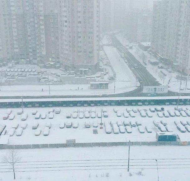 Киев накрыл неожиданный снегопад: в сети публикуют зрелищные фото и видео (1)