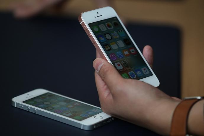 Появились новые фото дешевого iPhone SE (1)