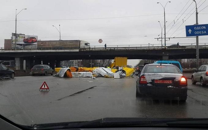 В Киеве фура потеряла  груз и заблокировала дорогу: опубликованы фото
